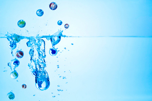 水中に落ちるビー玉の写真素材 [FYI01637932]