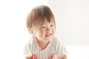 光の中に包まれる赤ちゃんの写真素材 [FYI01637939]