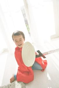 窓辺で楽しそうにしているヒーローの男の子の写真素材 [FYI01637940]