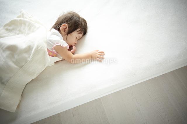 お昼寝している赤ちゃんの写真素材 [FYI01637943]