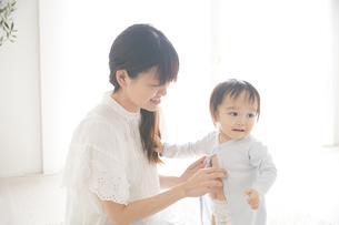 着替えをしている赤ちゃんの写真素材 [FYI01637965]