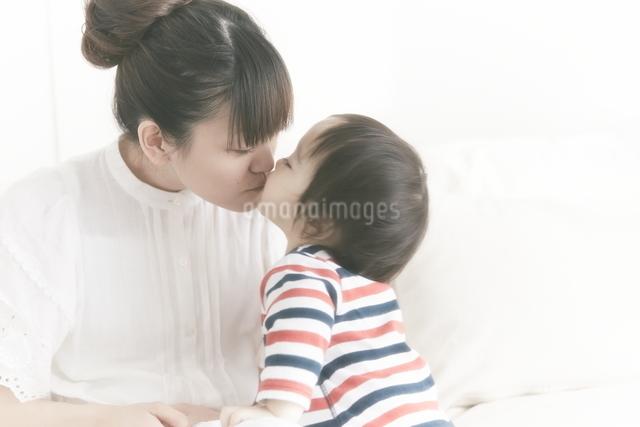 母親にキスする赤ちゃんの写真素材 [FYI01637983]