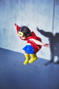 空飛ぶちびっこスーパーマンの写真素材 [FYI01637988]