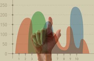 グラフをタッチする指の写真素材 [FYI01637999]