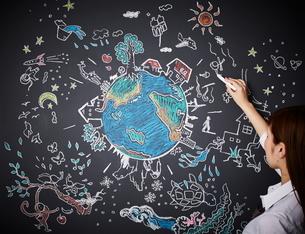 黒板に地球を描く女性のイラスト素材 [FYI01638001]