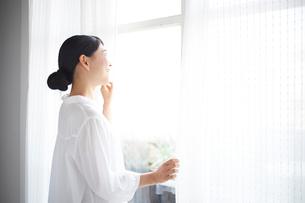 窓の外を眺める女性の写真素材 [FYI01638019]