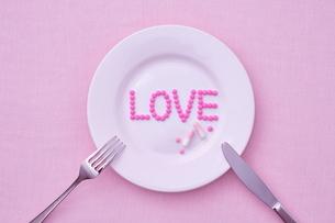 お皿に乗った愛のサプリメントの写真素材 [FYI01638020]