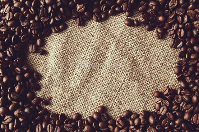麻布の上にあるコーヒー豆の写真素材 [FYI01638038]