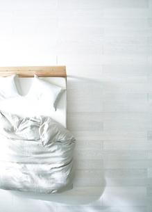 白い床の寝室にあるベットの写真素材 [FYI01638047]