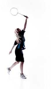 バトミントンをする女性のシルエットの写真素材 [FYI01638072]