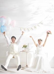 幸せな新郎新婦の写真素材 [FYI01638083]