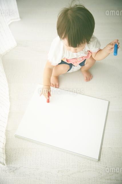 お絵かきをしようとしている赤ちゃんの写真素材 [FYI01638088]