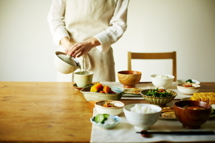 お茶を注ぐ女性の写真素材 [FYI01638090]