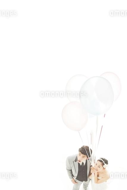 新郎新婦と風船の写真素材 [FYI01638094]