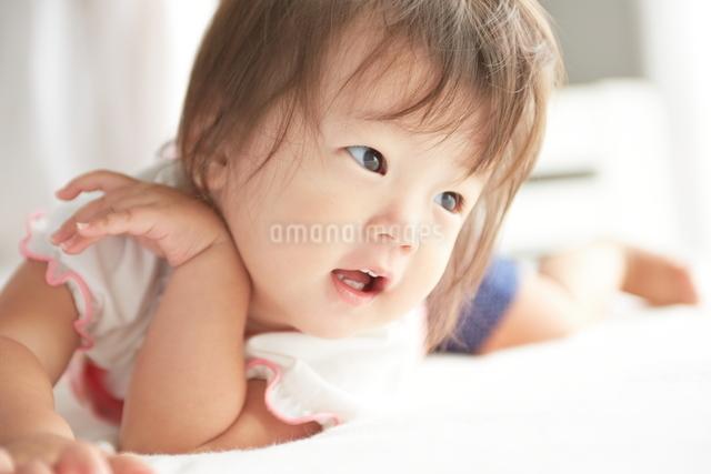 寝起きの赤ちゃんの写真素材 [FYI01638095]