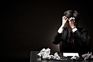 悩むビジネスマンの写真素材 [FYI01638110]