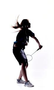 バトミントンをする女性のシルエットの写真素材 [FYI01638114]