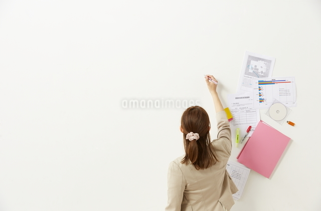 ペンを持つビジネスウーマンと書類の写真素材 [FYI01638129]