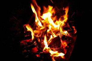 焚き火の炎の写真素材 [FYI01638130]