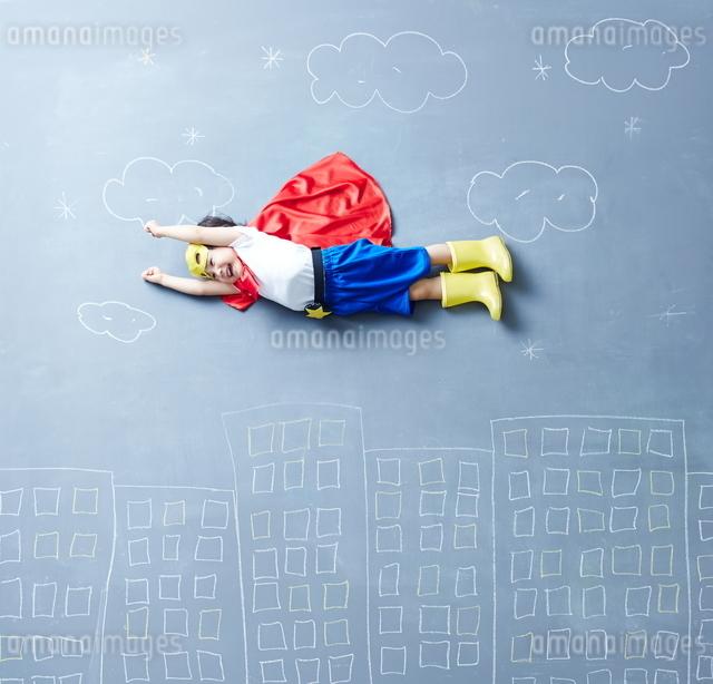 落書きの世界で空を飛ぶヒーローの男の子の写真素材 [FYI01638143]