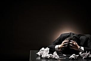 悩むビジネスマンの写真素材 [FYI01638168]
