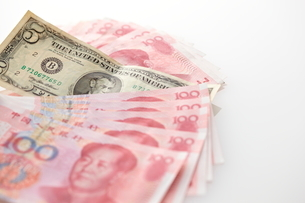 並べられた中国元と1ドル札の写真素材 [FYI01638172]