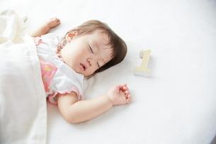 お昼寝している1歳の赤ちゃんの写真素材 [FYI01638181]