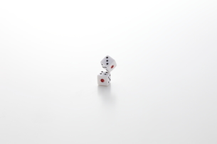 転がるサイコロの写真素材 [FYI01638191]