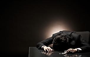 悩むビジネスマンの写真素材 [FYI01638197]