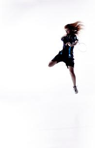 バトミントンをする女性のシルエットの写真素材 [FYI01638204]