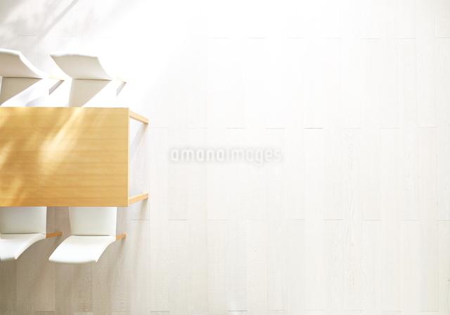 日差しが差し込むリビングにあるテーブルと椅子の写真素材 [FYI01638210]