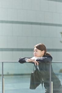 外で一息つく働く女性の写真素材 [FYI01638212]