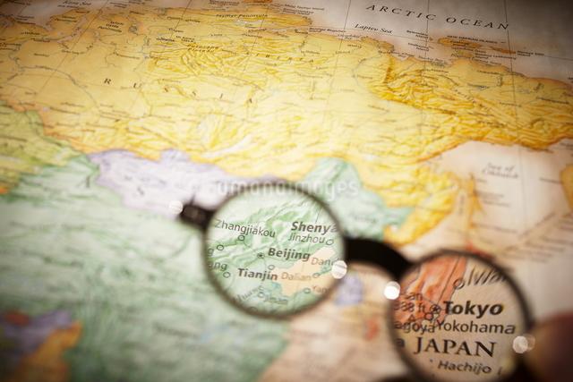 世界地図と眼鏡の写真素材 [FYI01638222]