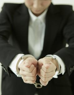 手錠をかけられた女性の写真素材 [FYI01638238]