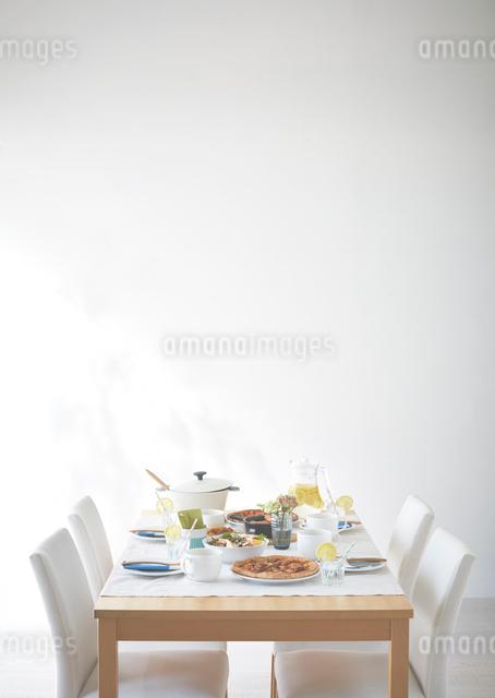 お昼ごはんの準備がされているテーブルの写真素材 [FYI01638263]