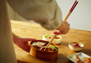 お弁当を詰める女性の写真素材 [FYI01638283]
