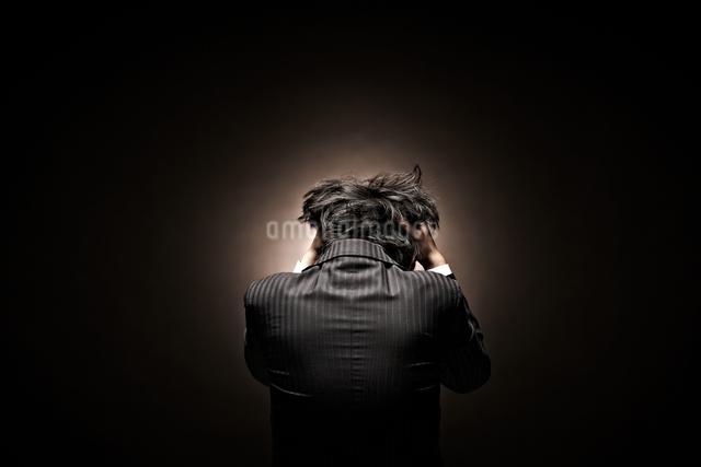 悩むビジネスマンの写真素材 [FYI01638310]