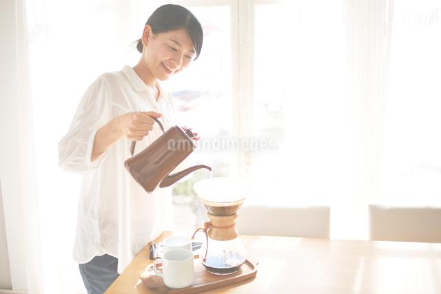 コーヒーを入れている女性の写真素材 [FYI01638316]