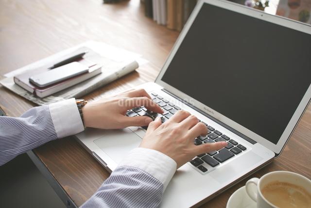 カフェで仕事をする女性の写真素材 [FYI01638321]