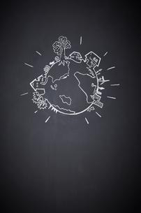 黒板に描かれた地球の絵のイラスト素材 [FYI01638331]
