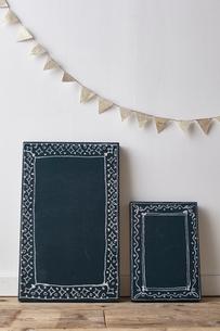 黒板風の板とフラッグがある部屋の写真素材 [FYI01638337]