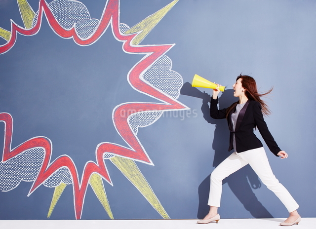 黒板に書かれた吹き出しの横で応援する女性のイラスト素材 [FYI01638345]