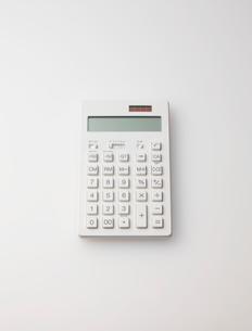 白い電卓の写真素材 [FYI01638346]