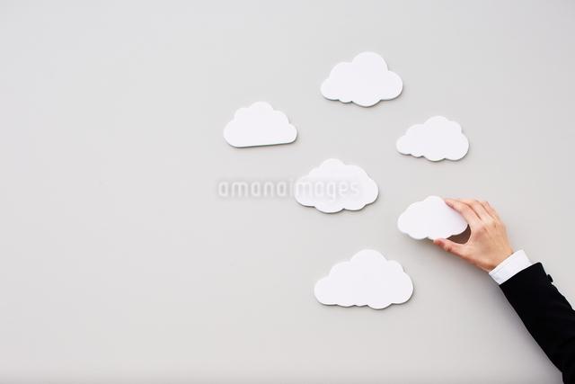 雲を触る手の写真素材 [FYI01638347]