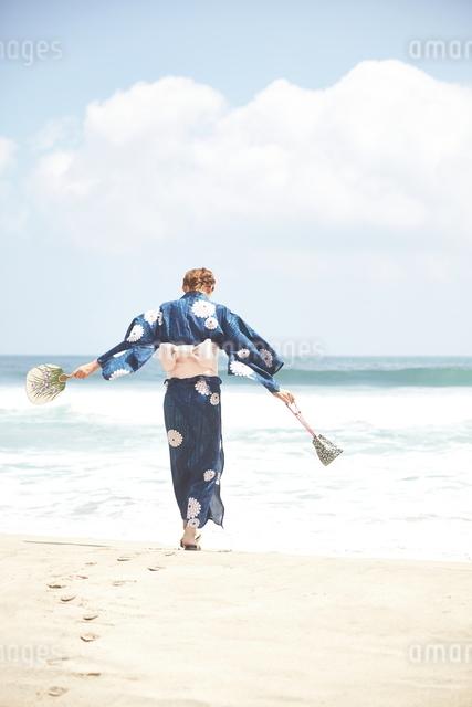 浜辺を歩く和服の女性の写真素材 [FYI01638355]