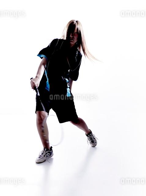 バトミントンをする女性のシルエットの写真素材 [FYI01638365]