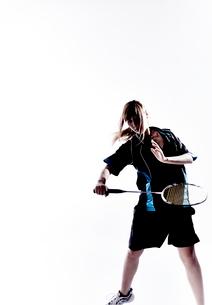バトミントンをする女性のシルエットの写真素材 [FYI01638376]