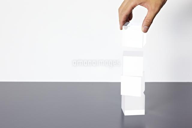 積み重なったアクリルキューブと手の写真素材 [FYI01638393]