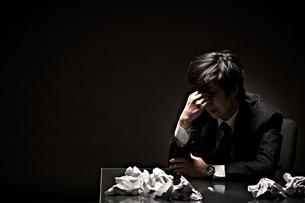 悩むビジネスマンの写真素材 [FYI01638394]