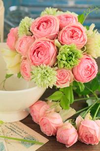 小さなバラのブーケの写真素材 [FYI01638402]